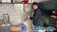 Malvaglio - Danny durante la preparazione di una pizza