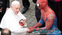 Storie / Sociale - Spiderman durante l'incontro con il Papa (Foto internet)