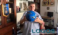 Magenta - Don Giuseppe con il pallone dell'Inter autografato (Foto internet)