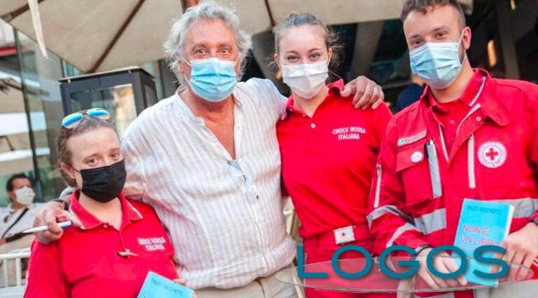 Attualità - Enzo Iacchetti con alcuni volontari della CRI