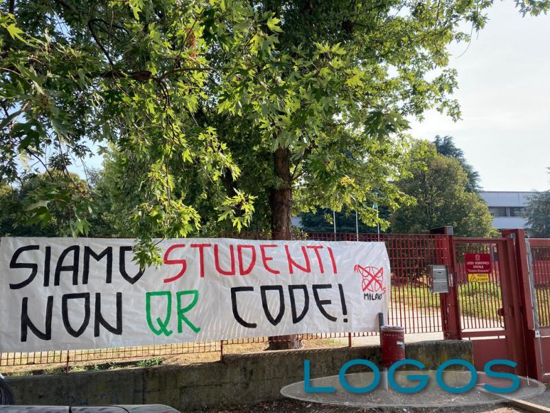 Magenta - Lo striscione fuori dal Liceo 'Bramante'