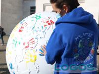 Milano / Salute - Impronte colorate sul globo
